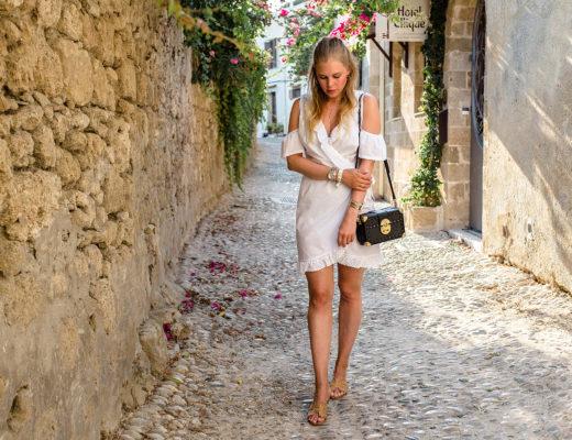 All-White-Look Goldschmuck Outfit Griechenland Fashion Blog Düsseldorf Bloggerin Sunnyinga