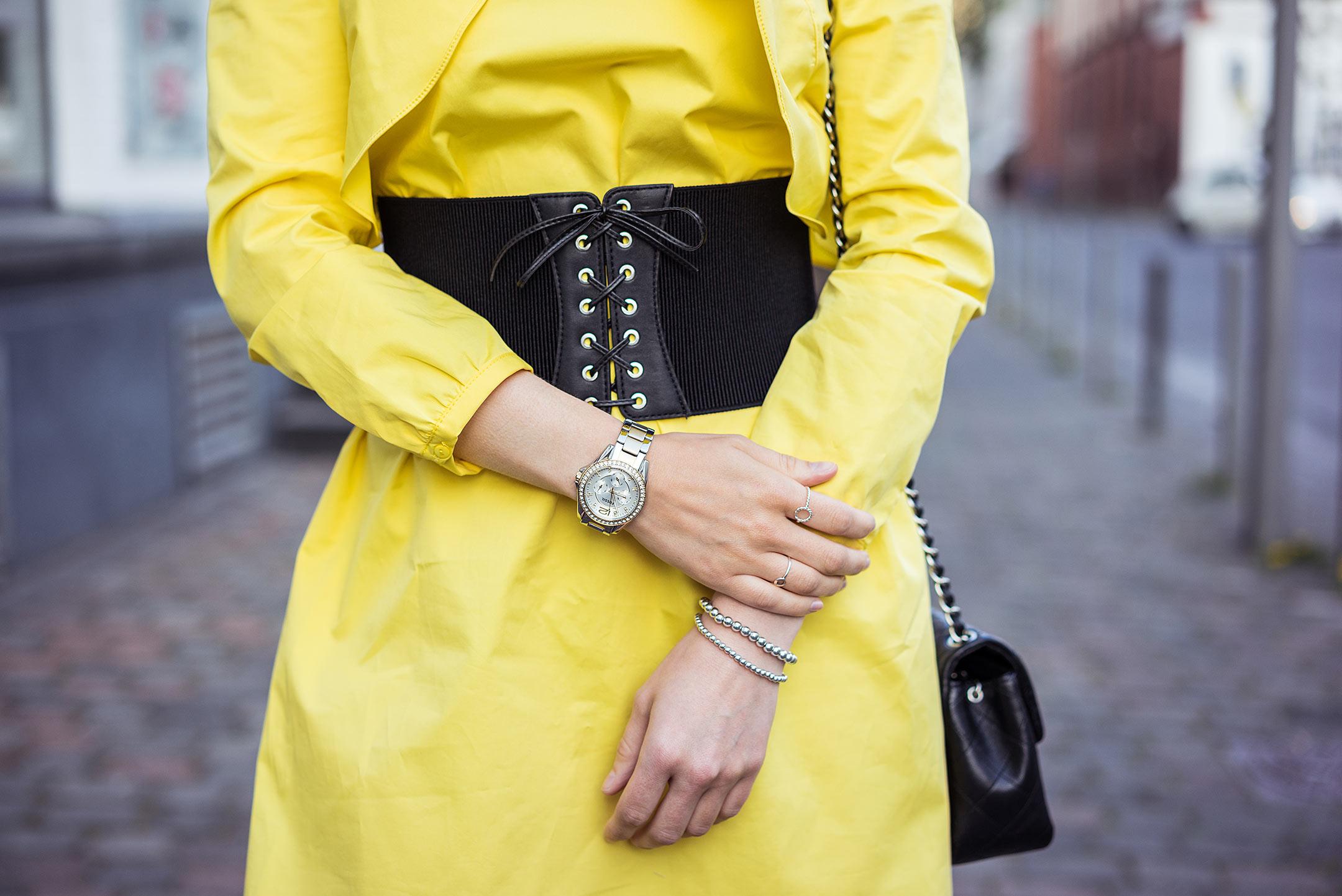 Corsagengürtel schwarz Kleid gelb Sunnyinga Modeblog Düsseldorf