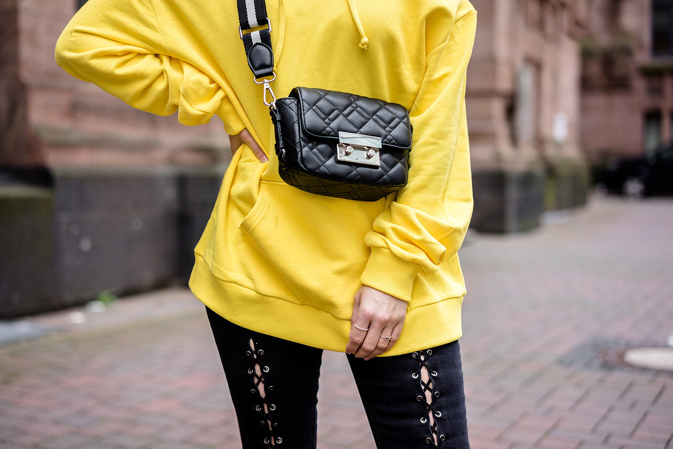 Gelb Trendfarbe Outfit schwarz Tasche Sunnyinga