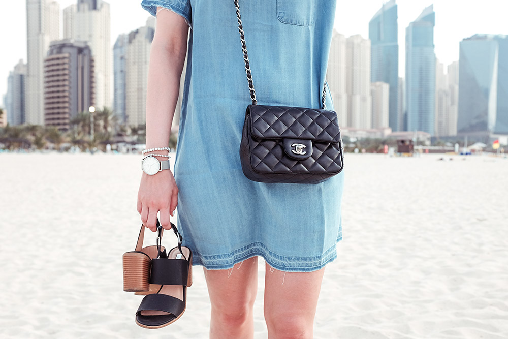 Jeanskleid Chanel Tasche Strand Dubai Sunnyinga