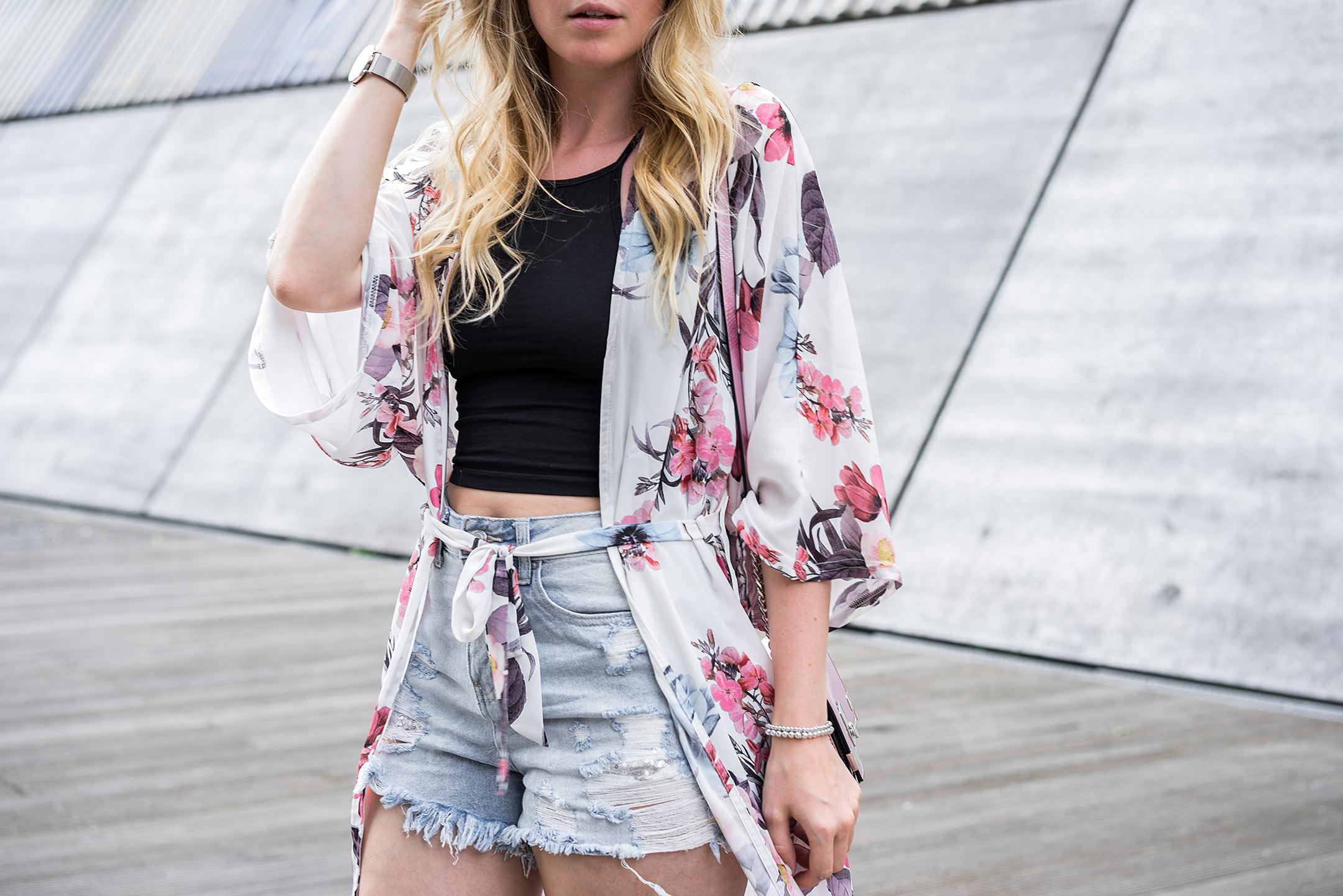 Kimono Blumenmuster Short Sommeroutfit Modeblog Düsseldorf Sunnyinga