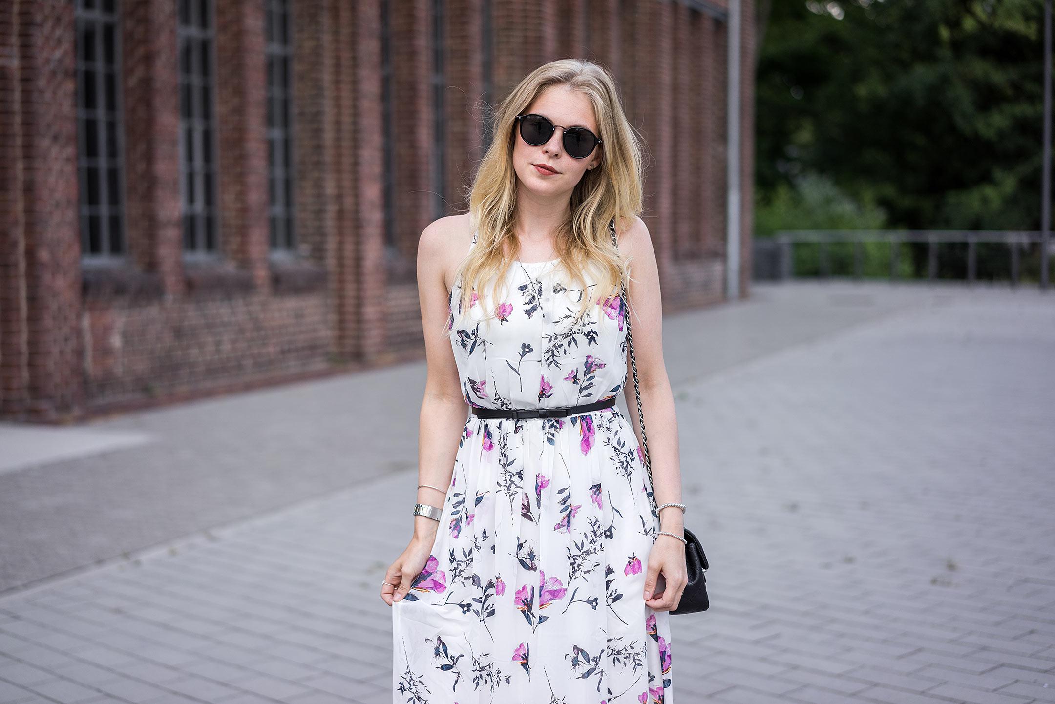 Kleid weiß Blumenprint Sommeroutfit Modeblog Sunnyinga Düsseldorf