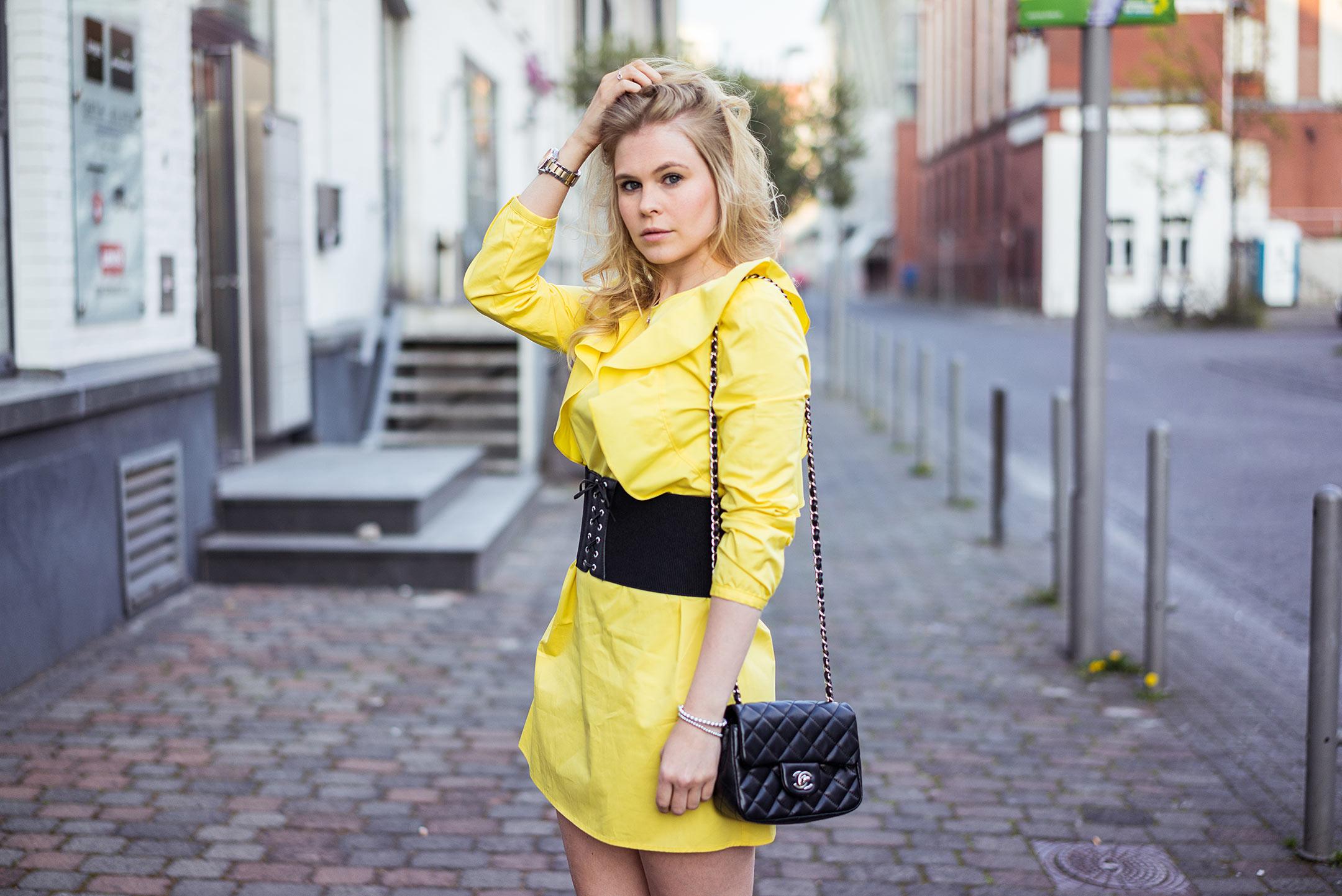 Korsett Gürtel schwarz Kleid Modeblog Sunnyinga Düsseldorf
