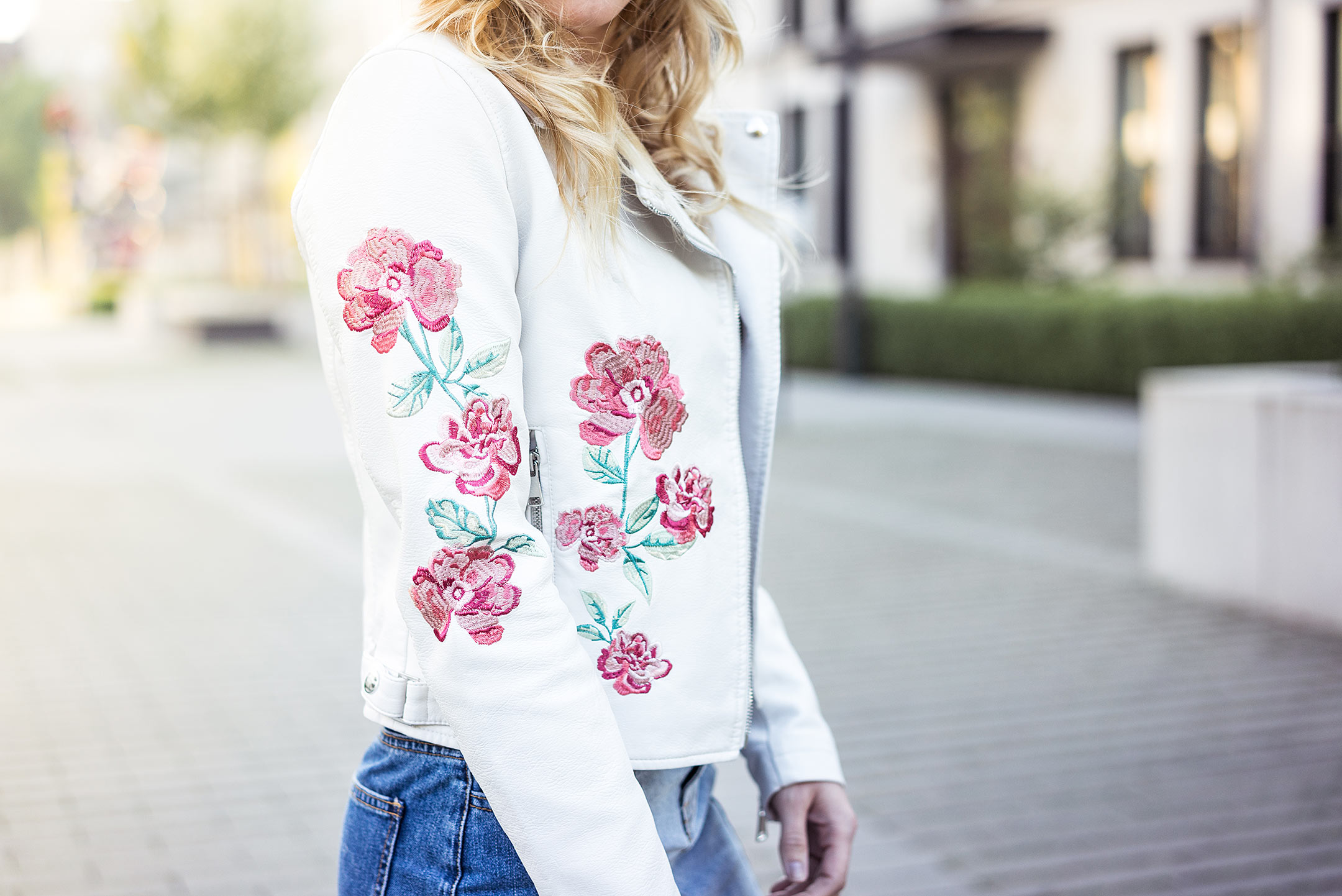 Lederjacke weiß Blumenstickerei Sunnyinga Modeblog