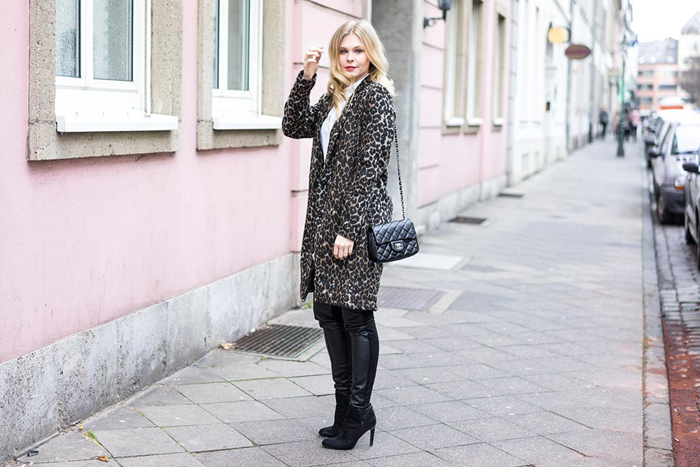 Leoprint Mantel Chanel Tasche Lederleggings Sunnyinga