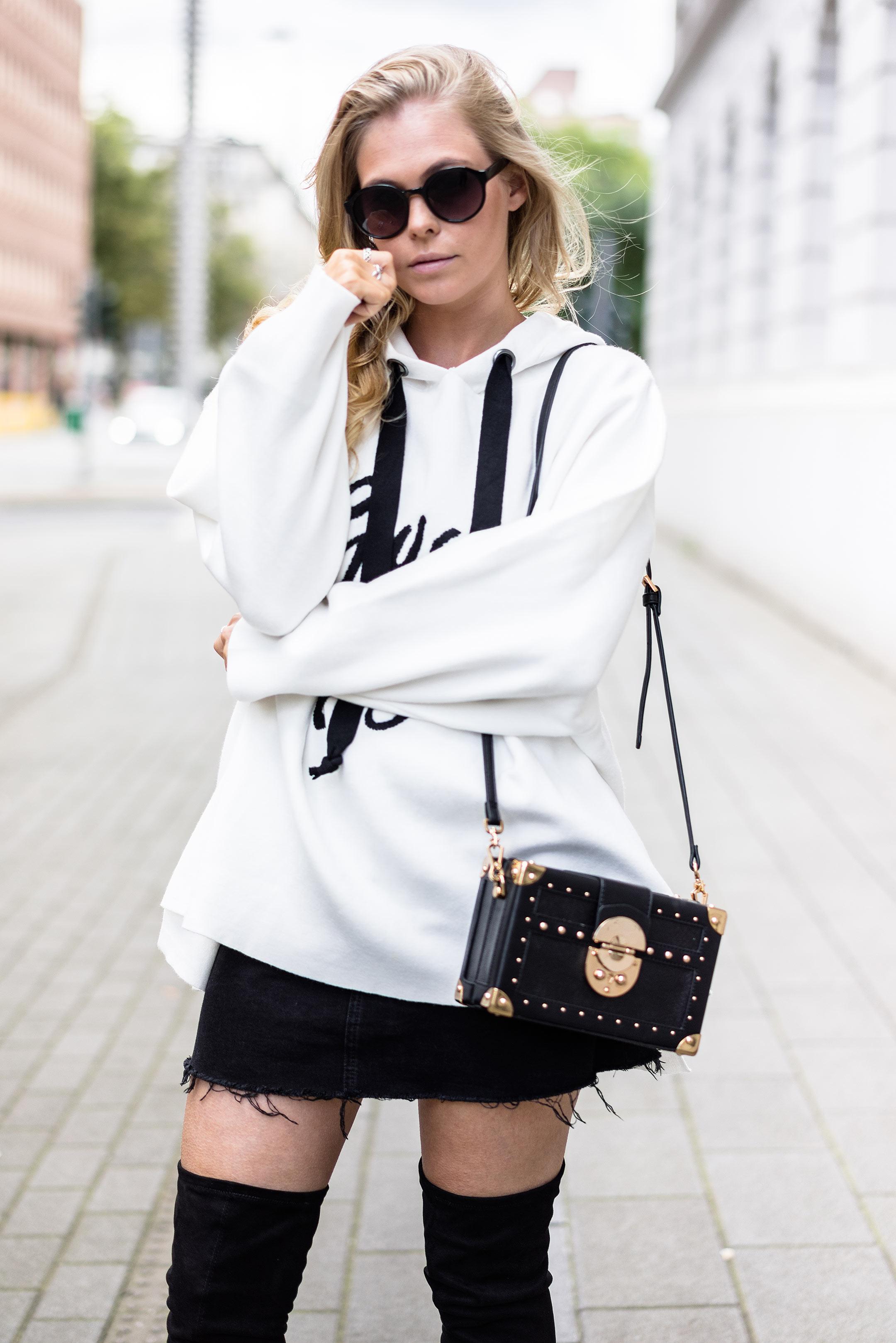Outfit Herbst Sweatshirt Oversize Rock schwarze Overknees Fashion Blog