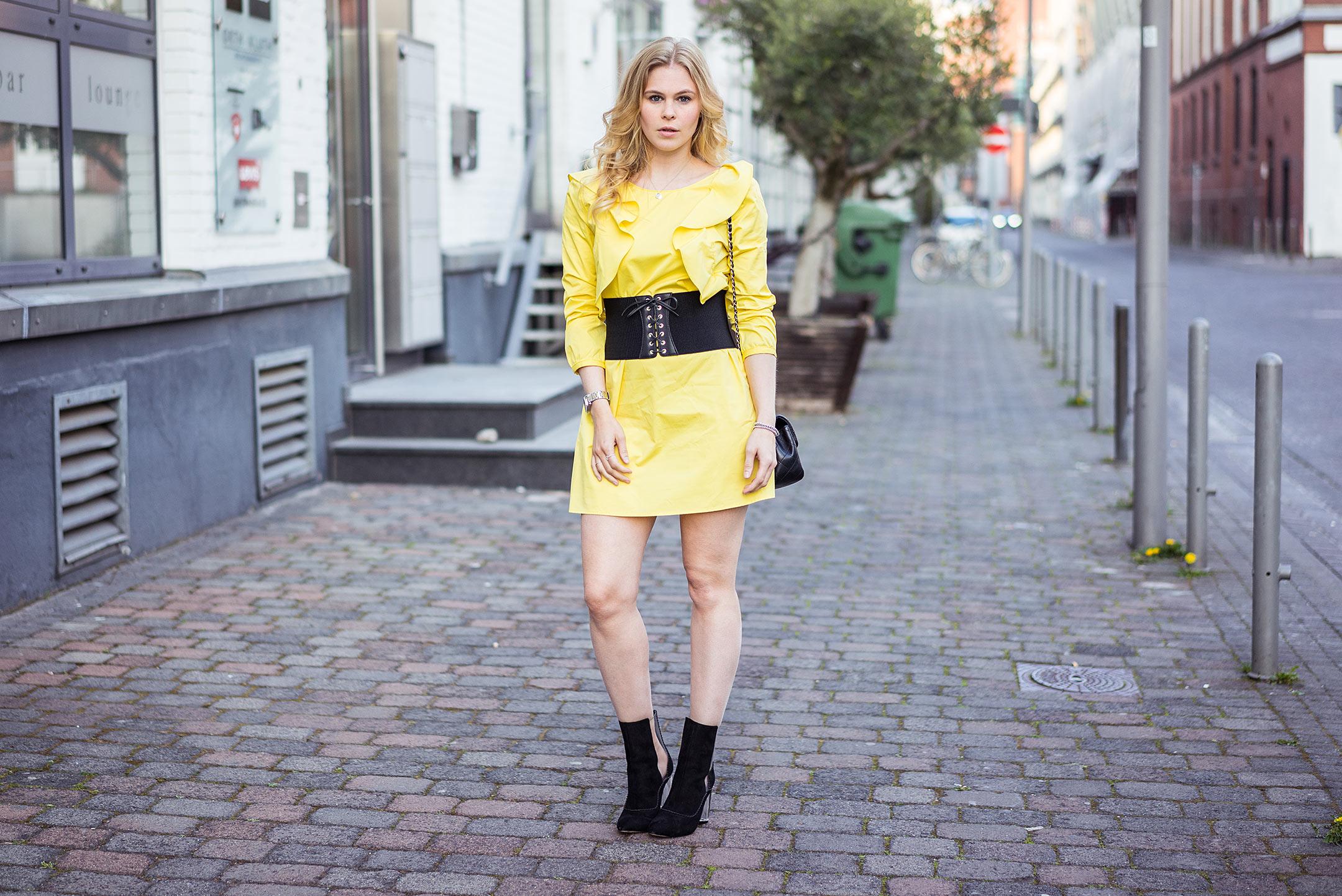 Outfit Korsettgürtel Fashionblog Kleid Sunnyinga Düsseldorf