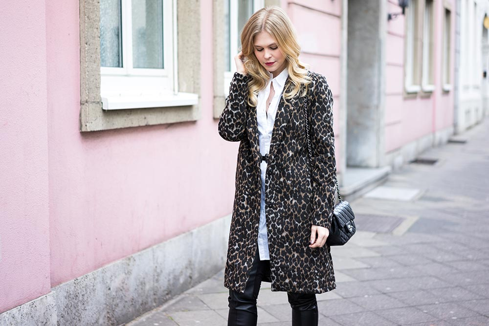 Outfit Leoprint Mantel Chanel Tasche Sunnyinga