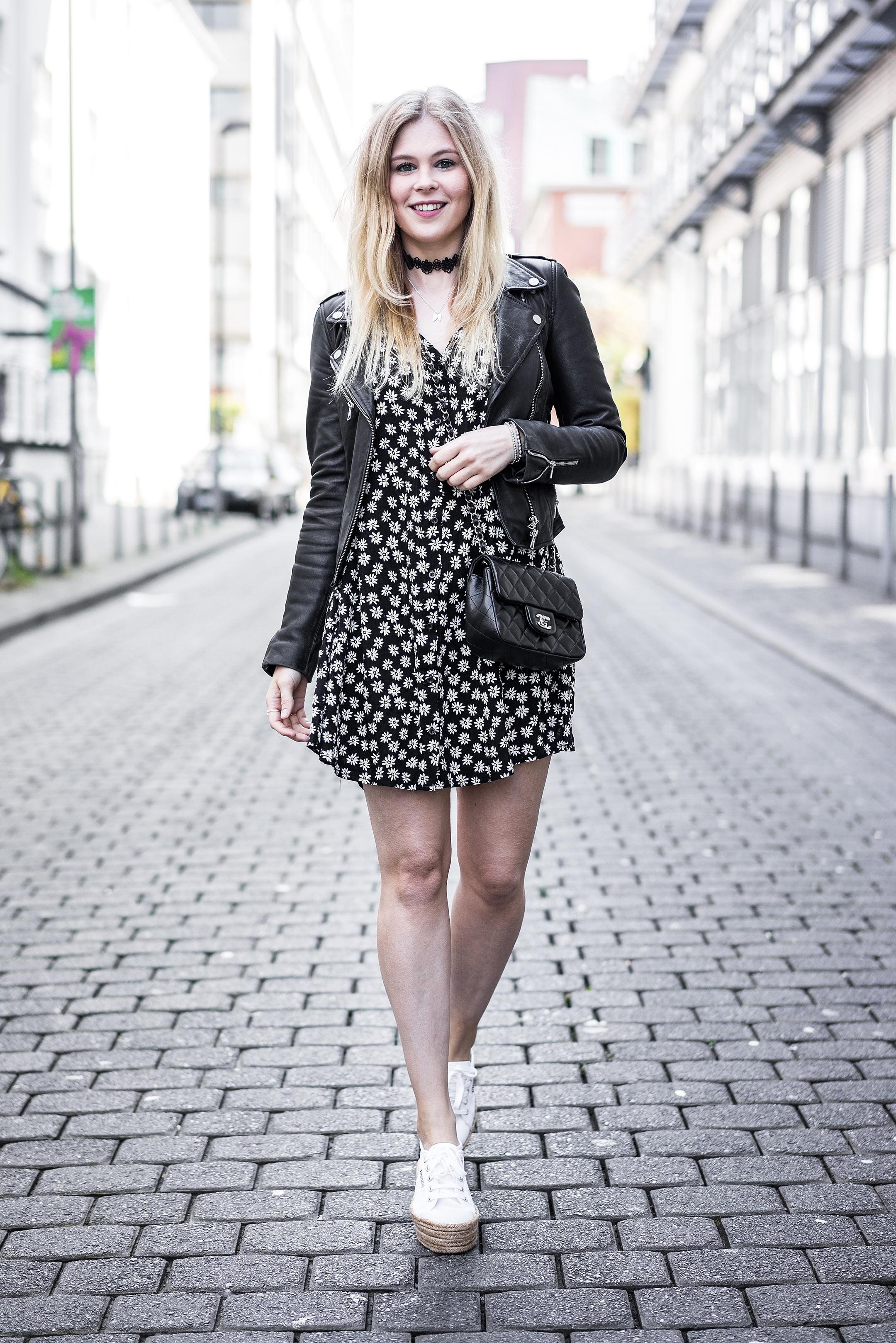 Outfit Sommerkleid Lederjacke Fashionblog Superga Sunnyinga Düsseldorf