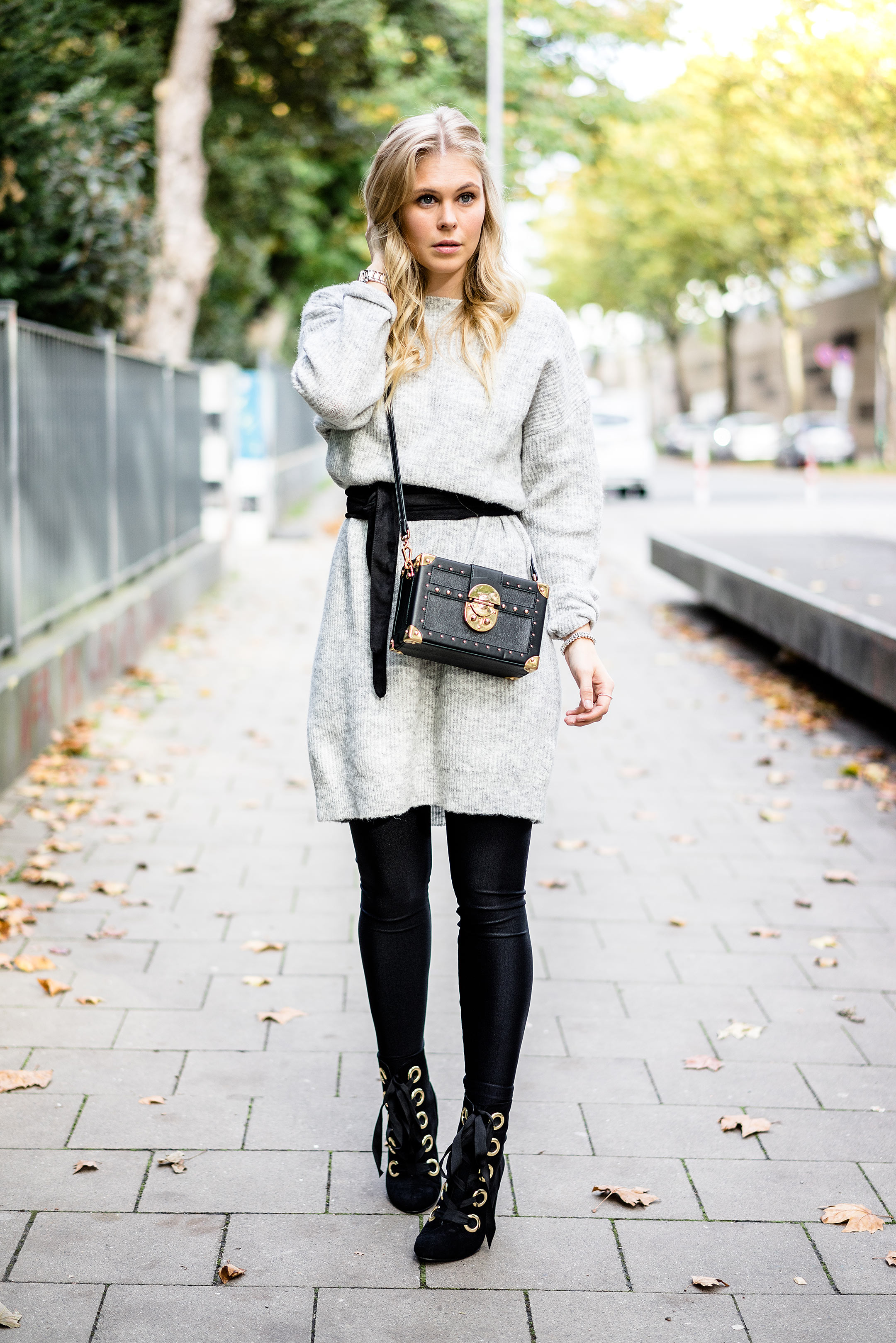 Outfit Strickkleid Fashion Blogger Sunnyinga Gürtel Boots Strumpfhose