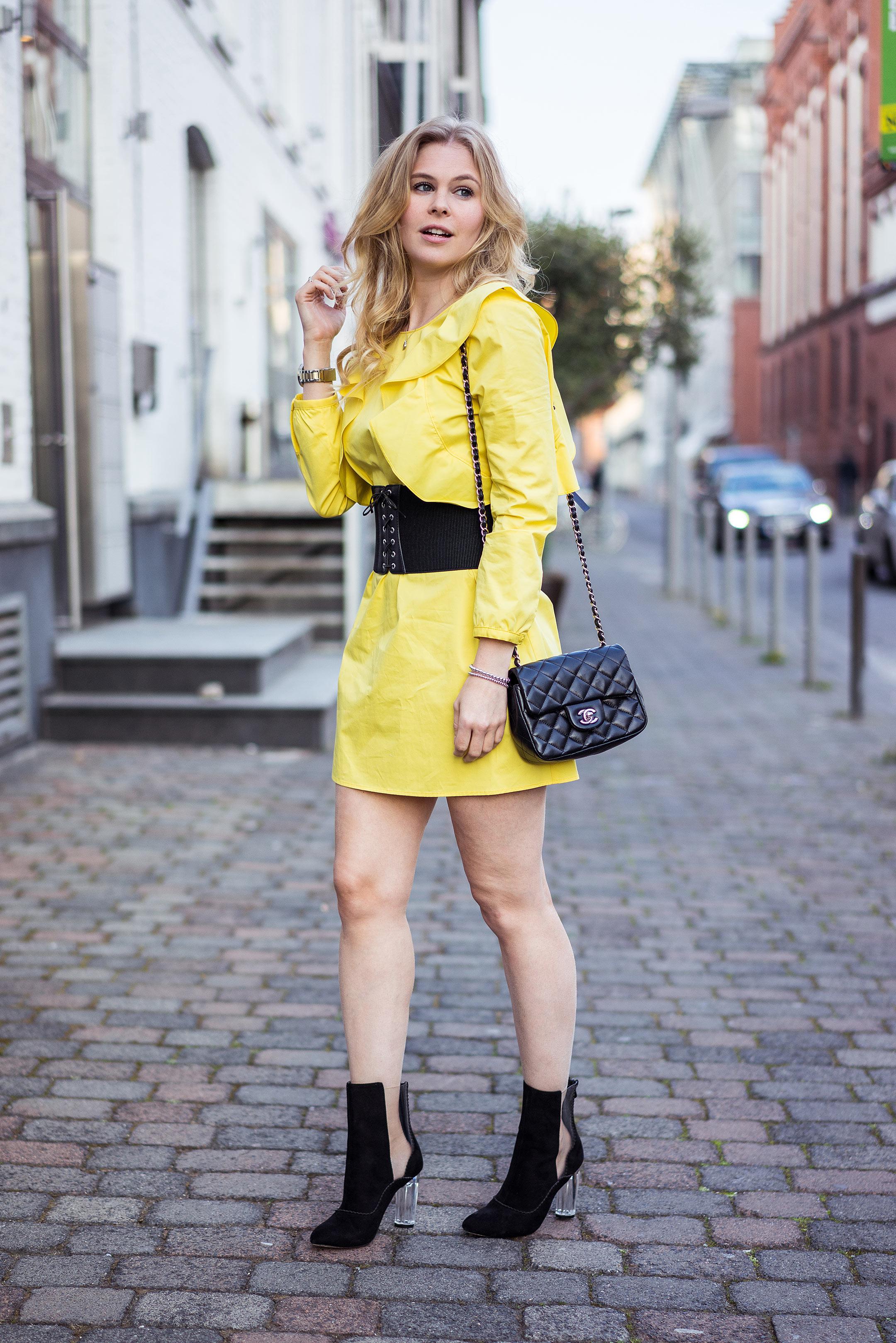 Outfit Sunnyinga Korsettgürtel schwarz Rüschenkleid Modeblog Düsseldorf