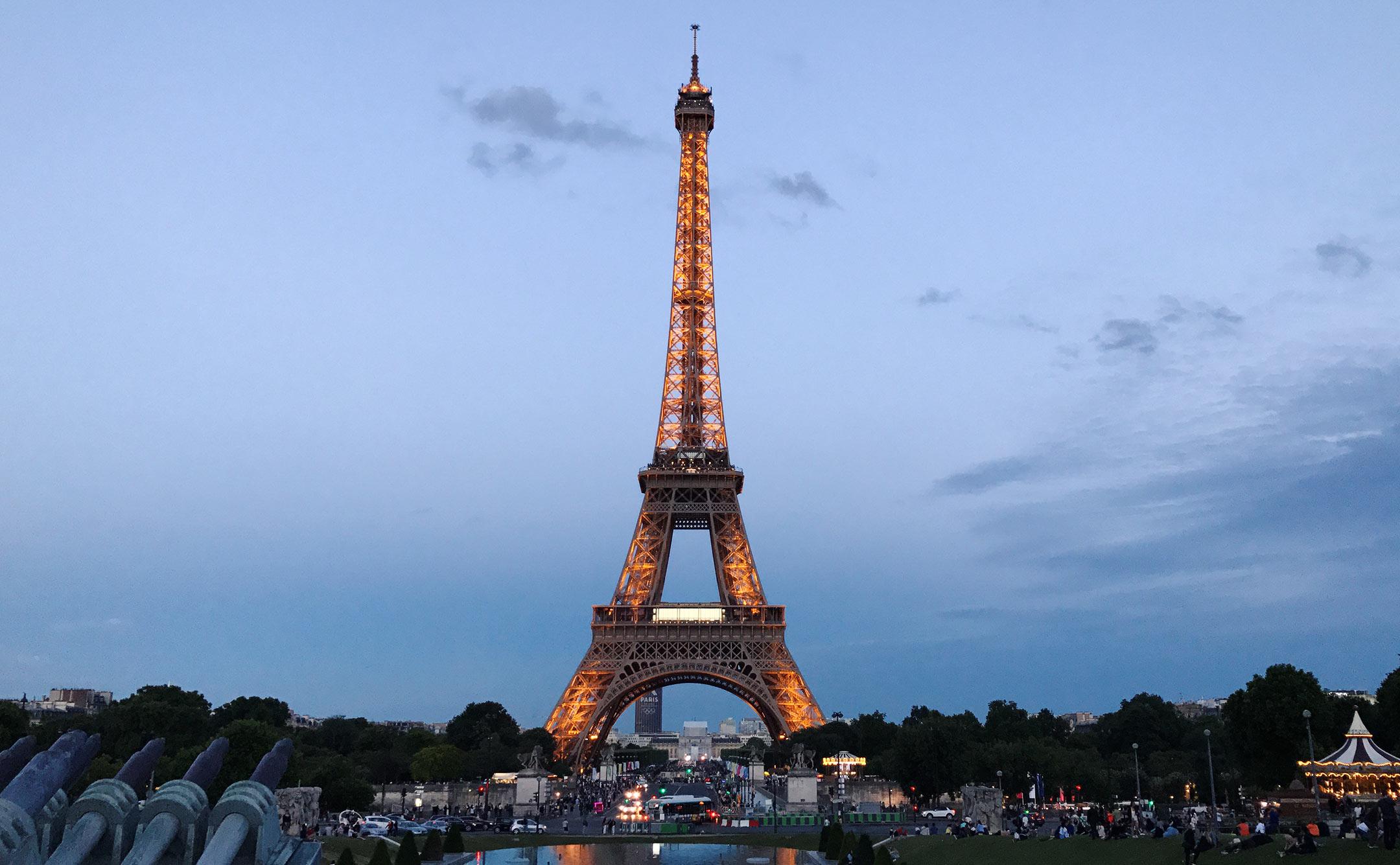 paris-eiffelturm-leuchtet-dunkel-travelblog-sunnyinga