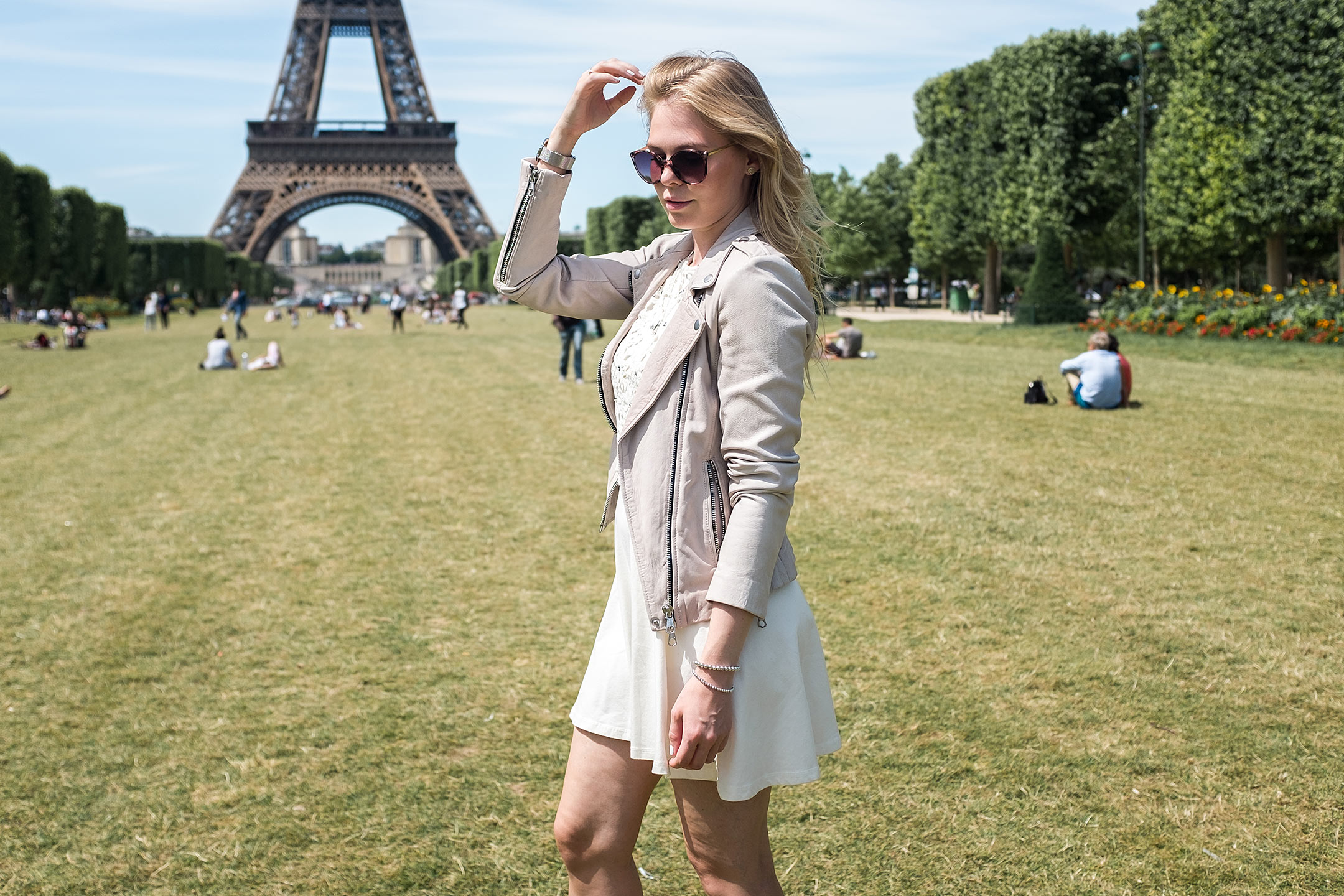 Rosa Lederjacke weißes SpitzenkleidOutfit Inspiration Sunnyinga