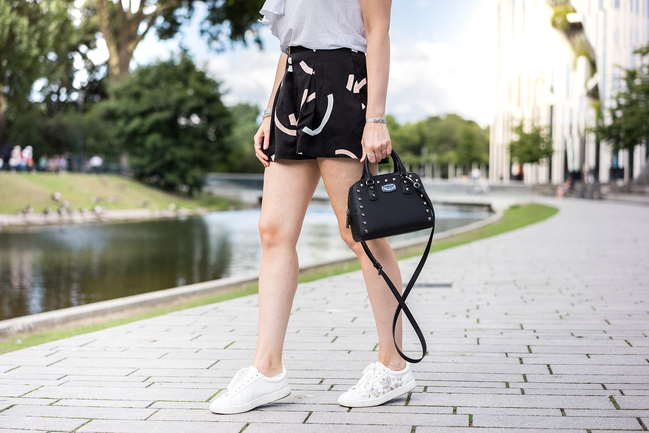 Sneakers Outfit Shorts Sommer Inspiration Blog Düsseldorf Sunnyinga