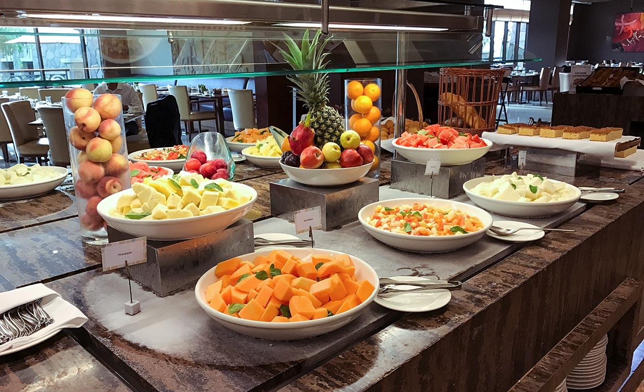 Sofitel Dubai The Palm Frühstück Obst Travelblog Sunnyinga
