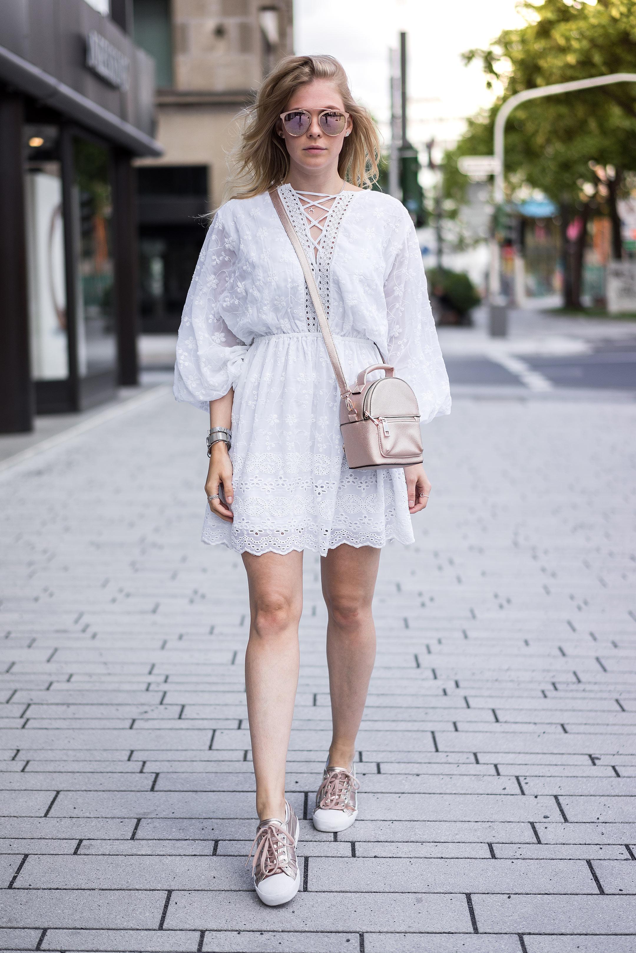 Spitzenkleid weiss Outfit Rucksack Gola Sneaker rose gold Sunnyinga Blog