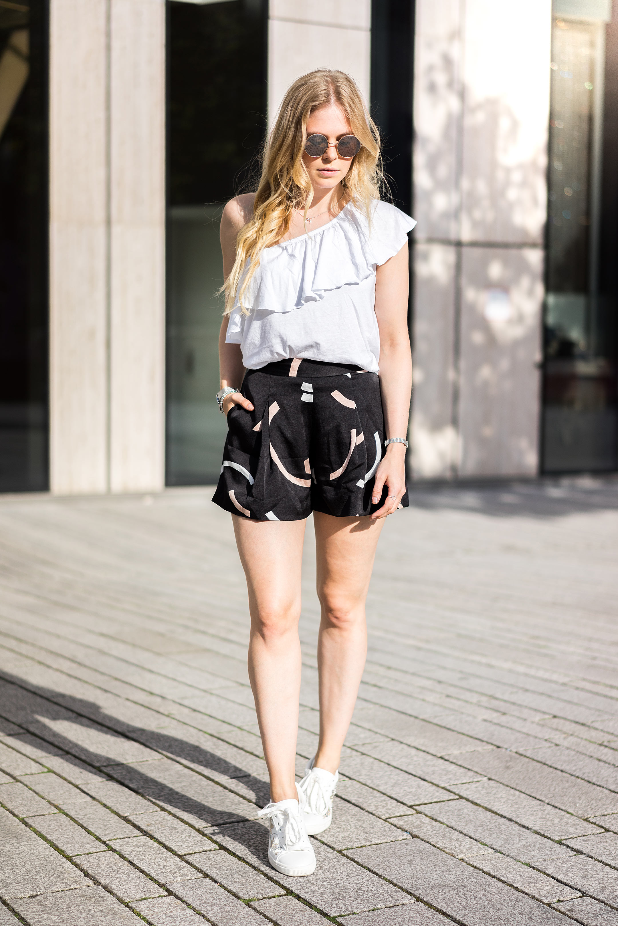 Sunnyinga Blogger Düsseldorf Streetstyle Sommer Outfit Shorts Sneakers