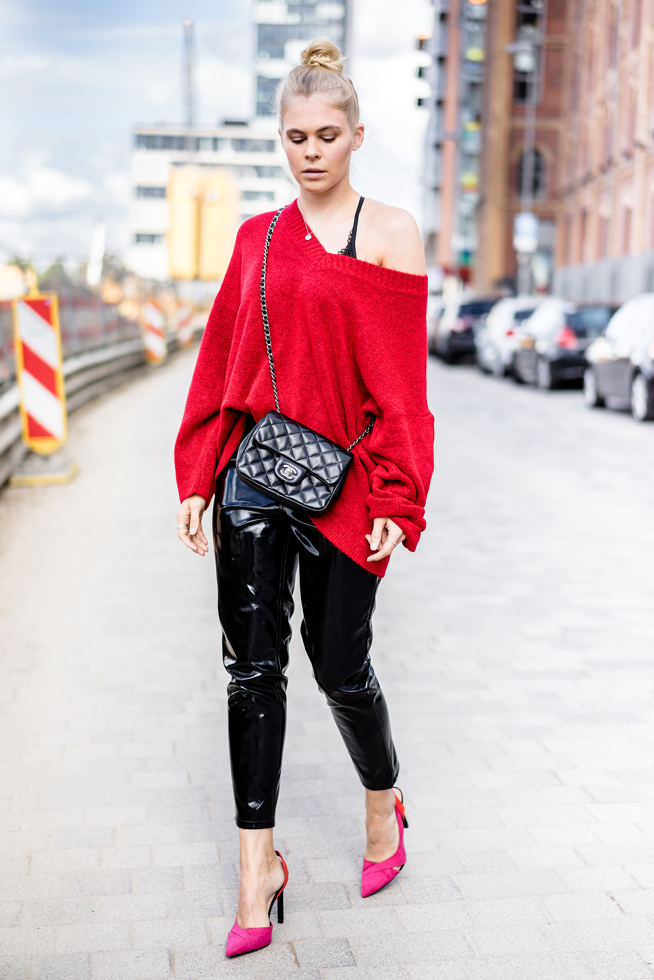 Sunnyinga Outfit Herbst Fashion Blogger Pullover rot Vinyl Pants schwarz