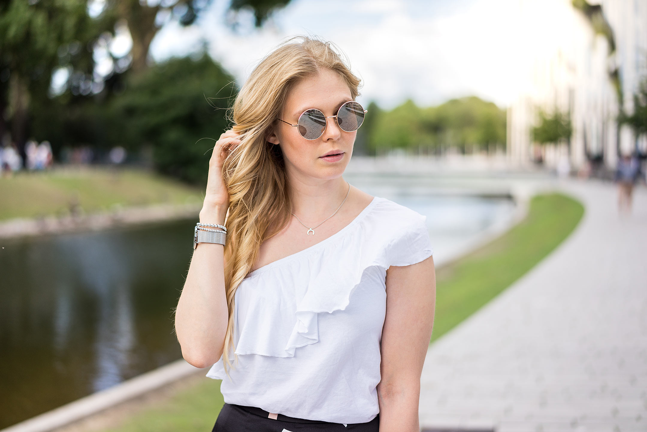 Sunnyinga Sonnenbrille One-Shoulder Top Weiß Modeblog Düsseldorf
