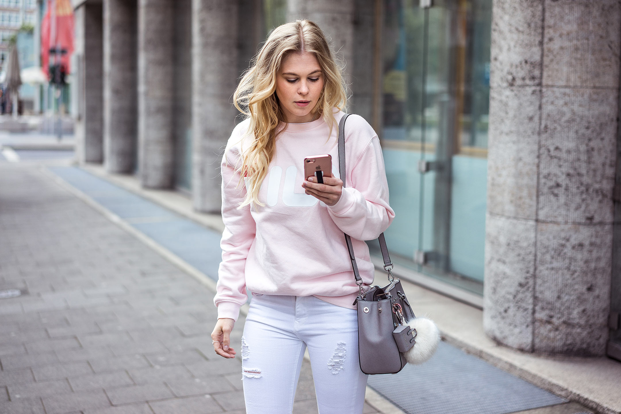 Sunnyinga Streetstyle Düsseldorf Outfit Rosa Pullover Strappy