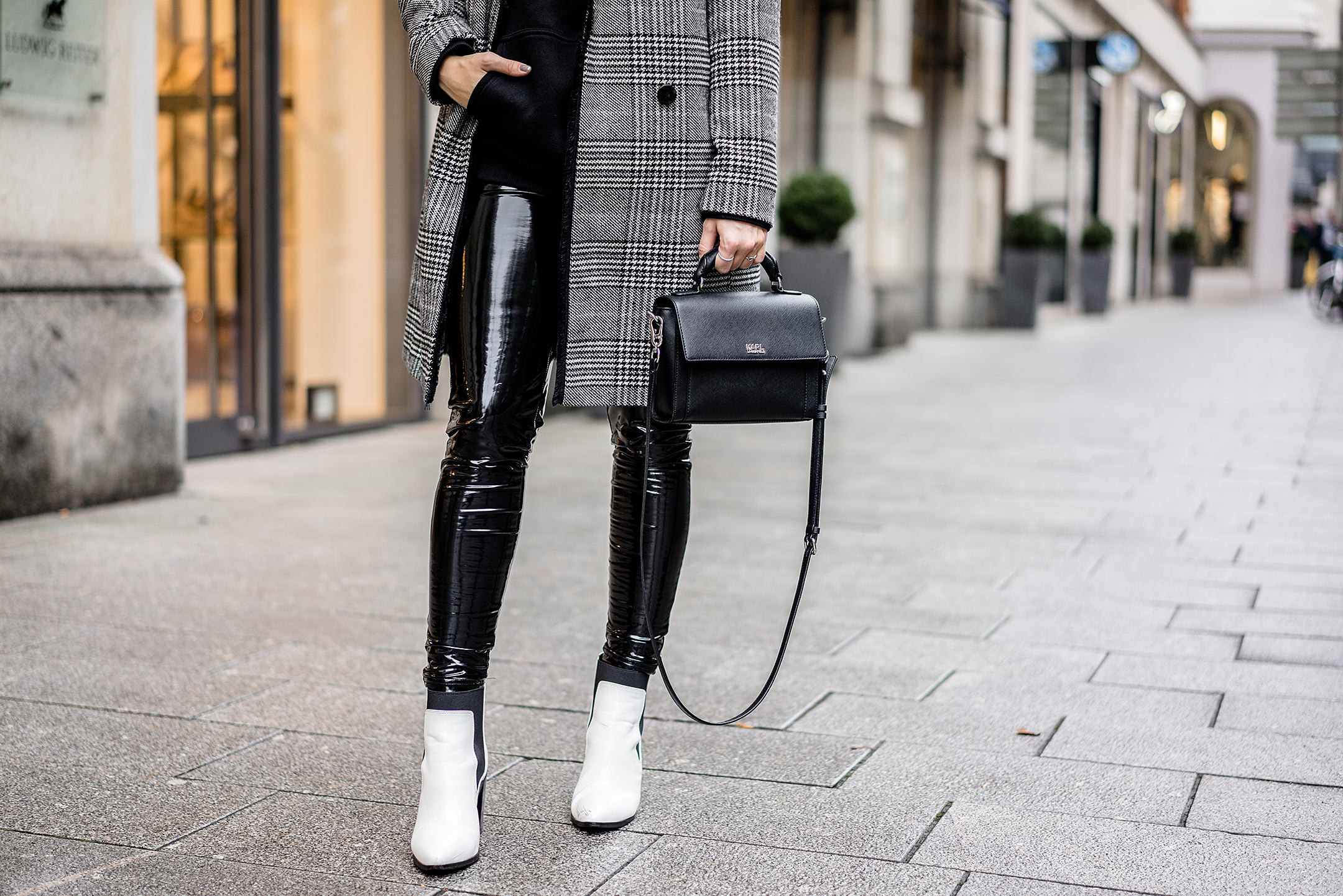 Vinyl Pants Outfit Boots weiss Fashion Blog Karl Lagerfeld Tasche Sunnyinga