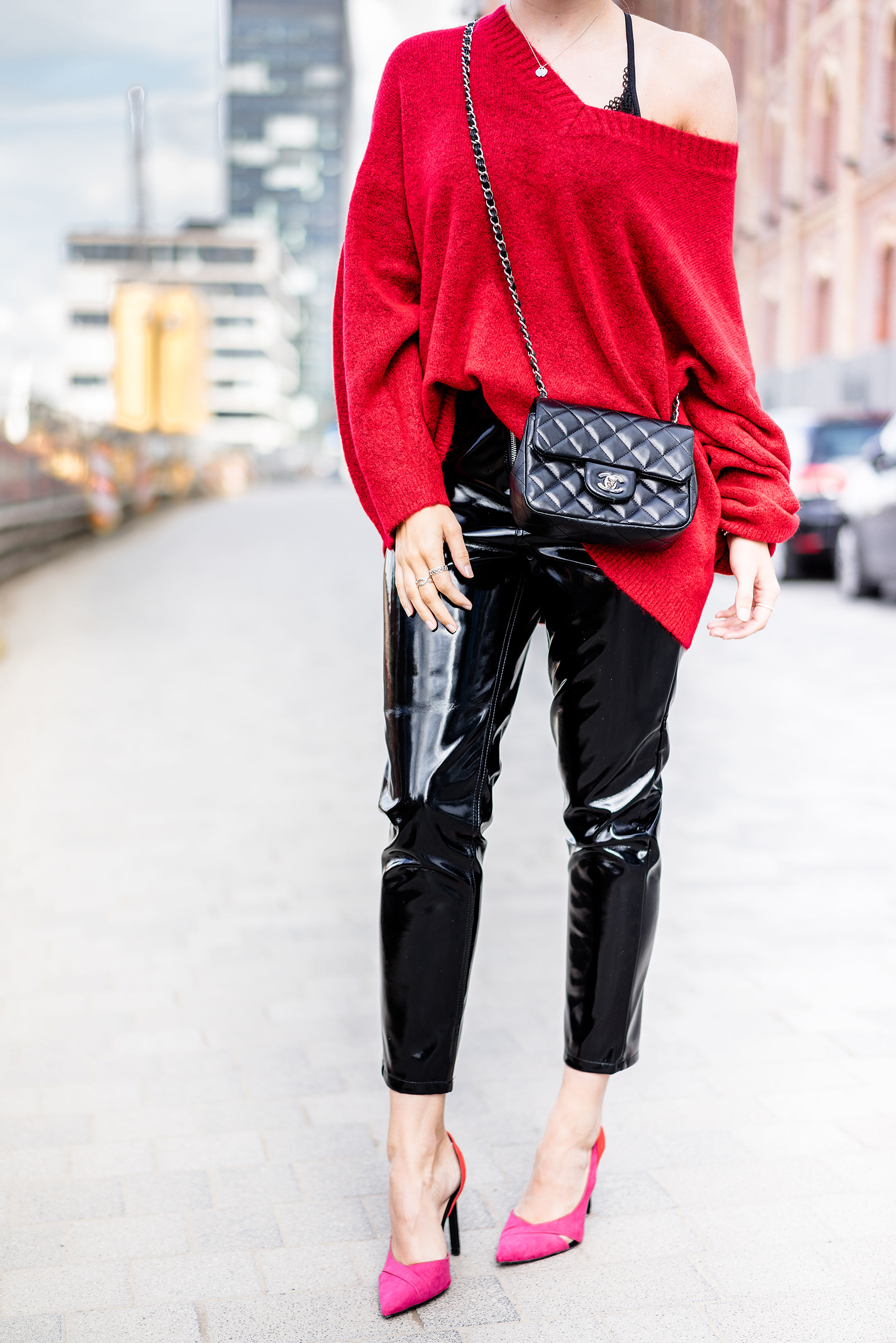 Vinyl Pants Outfit Herbst Fashion Blog Pullover Strick rot Streetstyle Sunnyinga