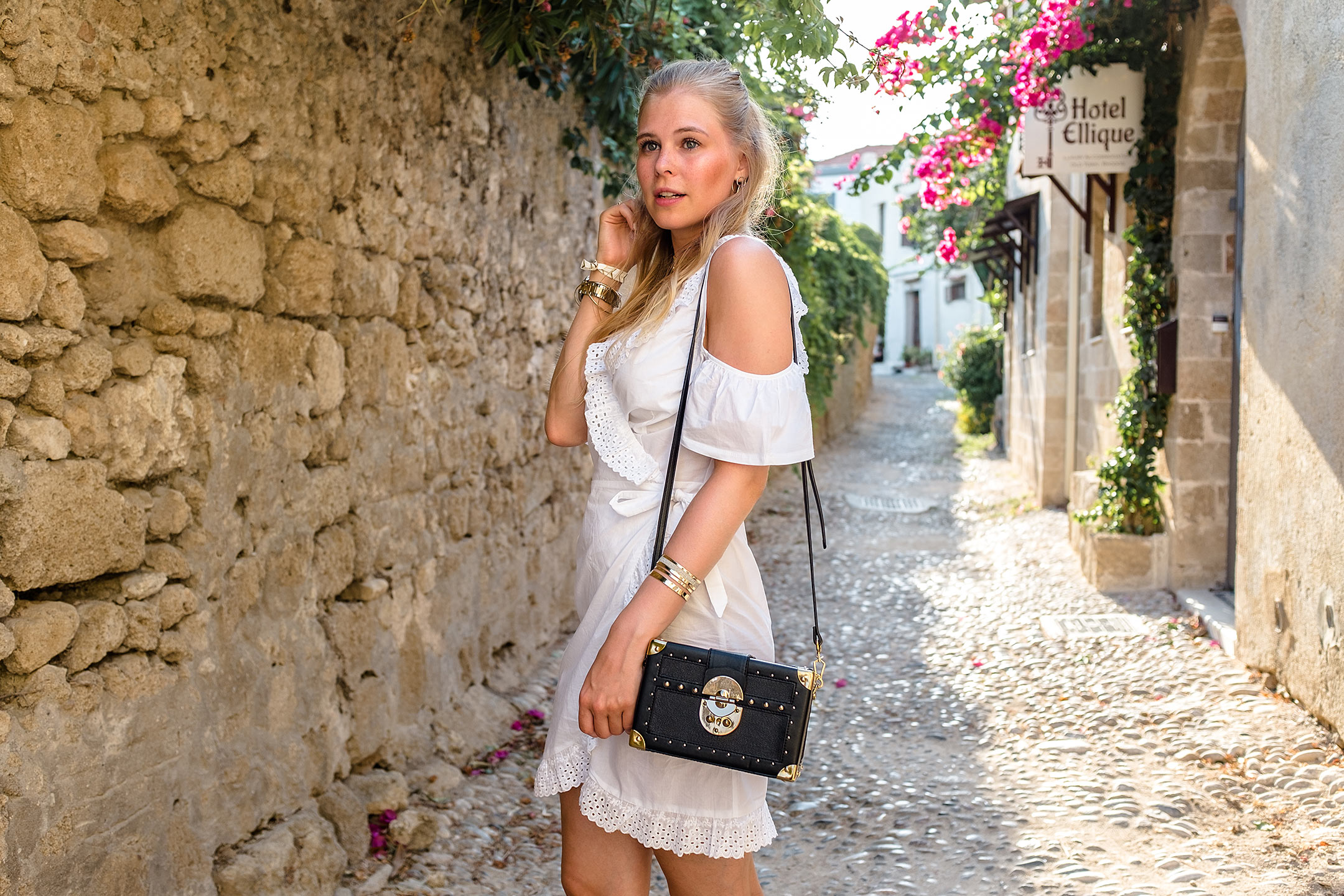Weißes Kleid Goldschmuck Accessoires Tasche Mango Modeblog Sunnyinga