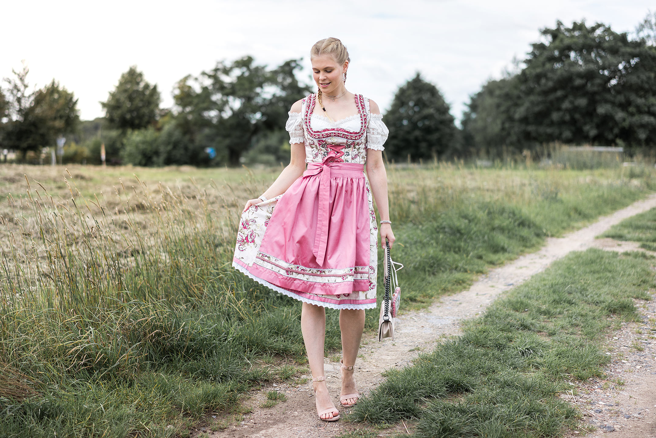Wiesn mini Dirndl Outfit Blog Sunnyinga München